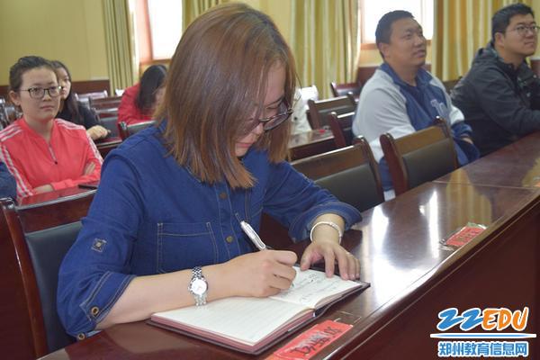 历史老师薛意歌认真记录大会主要内容