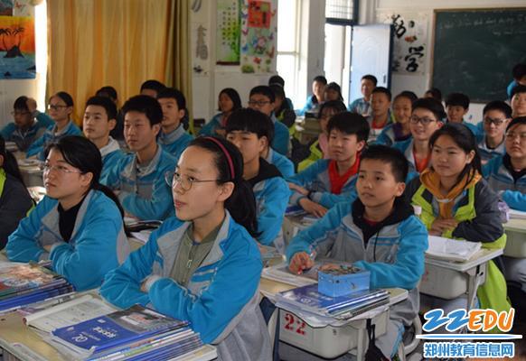 班主任组织全班同学收看大会实况转播
