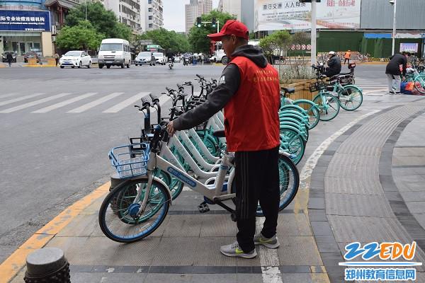志愿者摆放整理共享单车