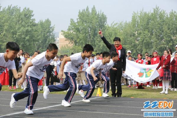 奥运会冠军贾占波为运动会鸣枪开赛4