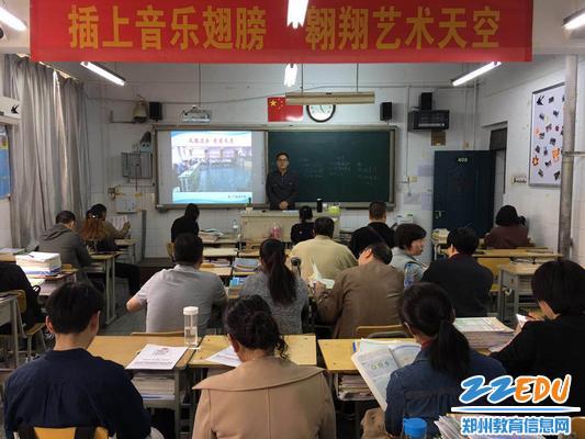 姜老师耐心与家长分析期中考试成绩