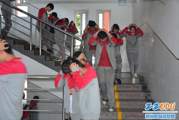 学生迅速下楼
