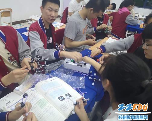 小组合作搭建乙烯分子模型