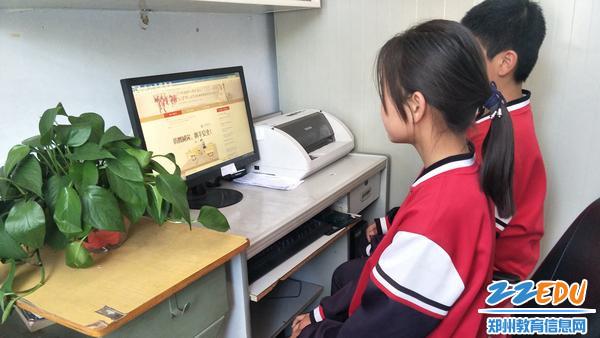 学生登录安全教育平台学习防灾减灾相关知识图片