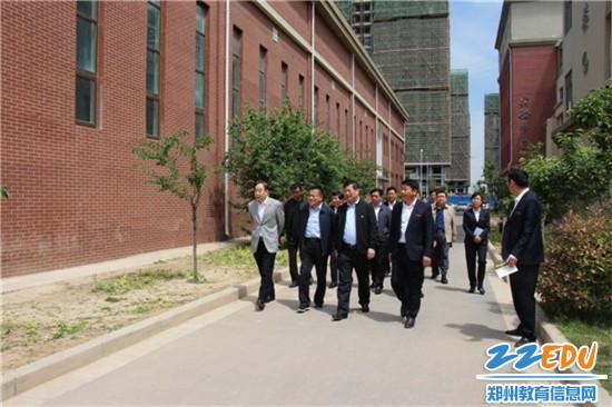 郑州市教育局局长王中立一行查看晨阳路学校校园环境