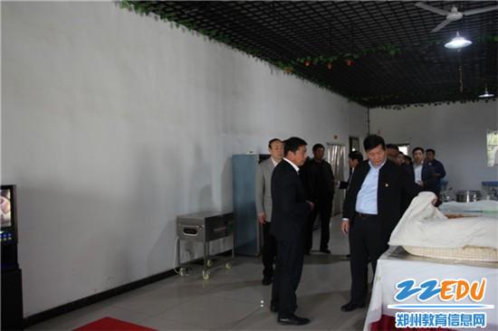 郑州市教育局局长王中立一行查看晨阳路学校餐厅情况