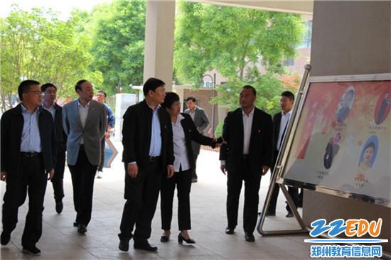 郑州市教育局局长王中立一行查看平安路学校校园文化建设