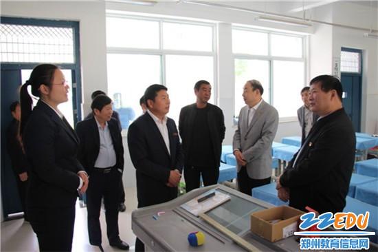 郑州市教育局局长王中立与教师亲切交谈