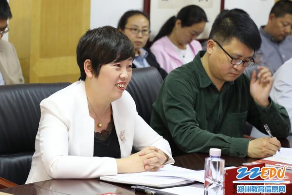 郑州九中张莹校长欢迎知名校友参访团的网络安全专家
