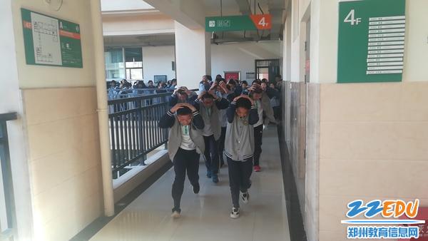 3学生沿疏散路线逃生_20190510172134