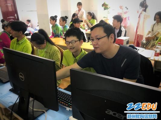 7计算机学生在进行技能展示