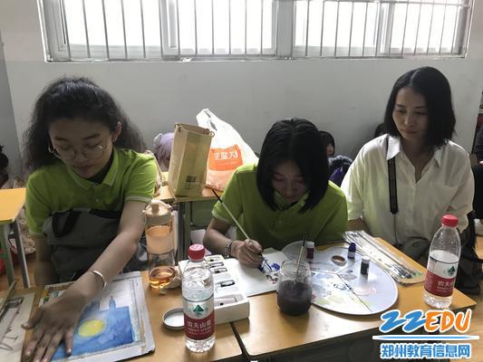 8艺术系学生现场手绘展示