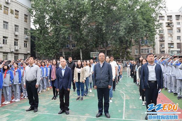 学校领导参加升旗活动