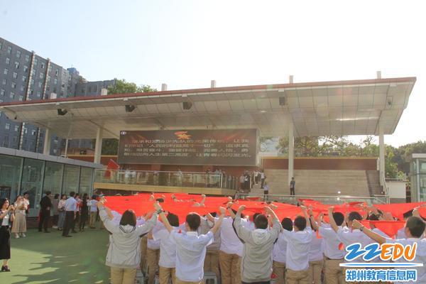全体学生高举红领巾