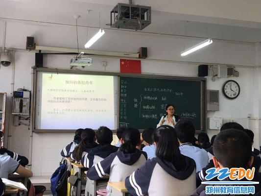 高晓丽老师对学生进行指导