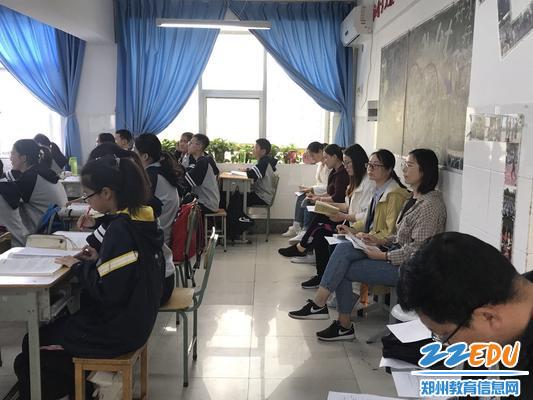 语文组老师们听课中