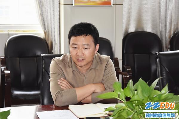 在教代会预备会上,副校长黄涛解读新的绩效考核分配方案