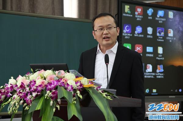 7育才小学副主任赵明建做了题为《专题讲学助推教学质量的提升》的微报告