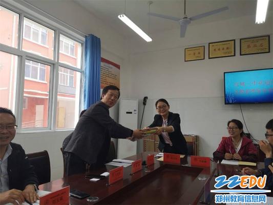 5支教老师颜宝玲向官坡二中送去复习资料