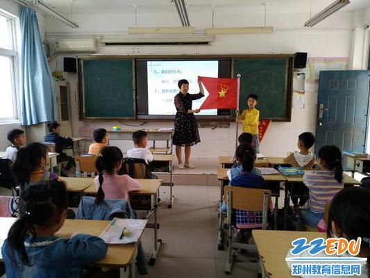 辅导员现场教学生认识队旗_调整大小