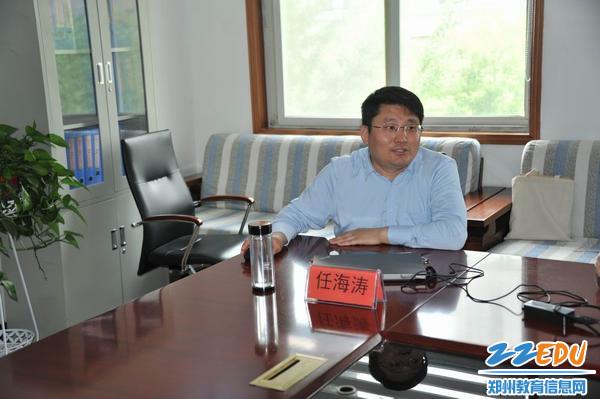 任海涛教授在讲解法律知识