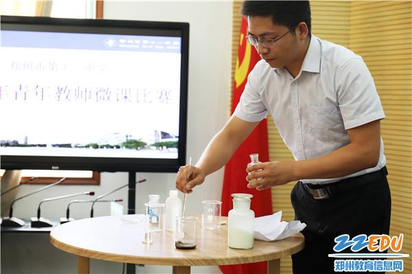 化学组黄元东老师展示微课