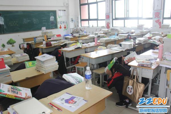 """01  """"地震来了"""",学生在班上做紧急避险"""