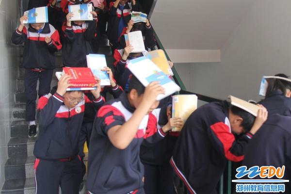 02  主震结束震感减弱后,学生进行紧急疏散