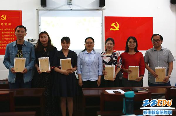 薛莹校长为分享教师赠送书籍