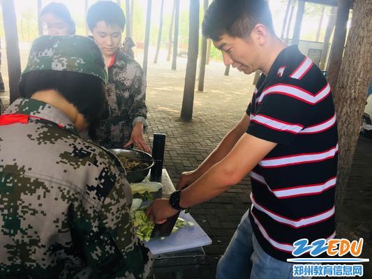 经纬中学孟祥艺老师帮助同学们切菜