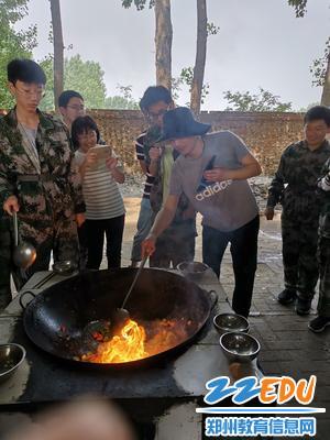 经纬中学张长江老师指导同学们做饭