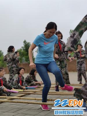 老师加入学生活动跳竹竿