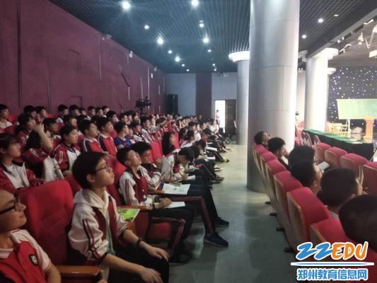 郑州市第七中学高中部学生认真听课