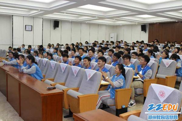 杨主任授课精彩之处101中学的学生鼓掌称赞