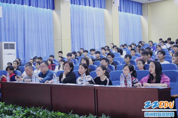5评委老师和观看学生被现场气氛吸引