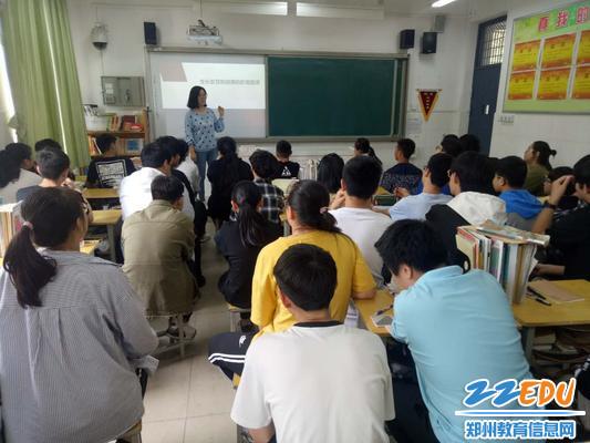 郑州中医药大学杨梦利教师在郑州市61中学就生长发育和健康的影响因素主题授课