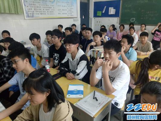 郑州61中学学生认真听课