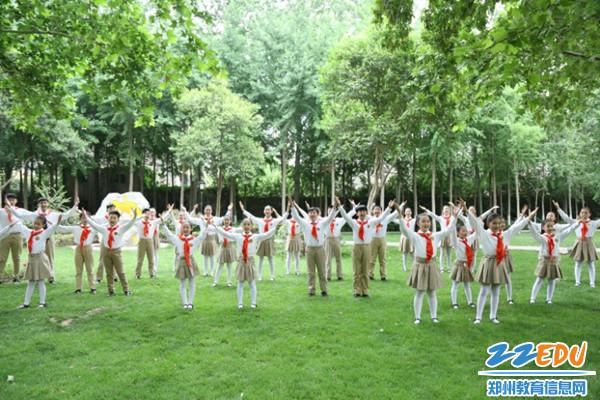 2金水区文化路第一小学学生合唱团演唱《编花篮》