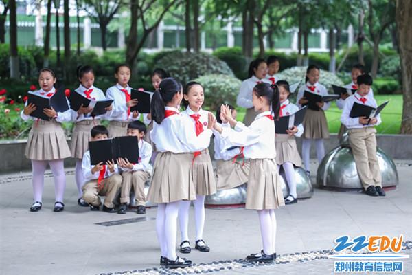 4金水区艺术小学学生合唱团演唱《让我们荡起双桨》