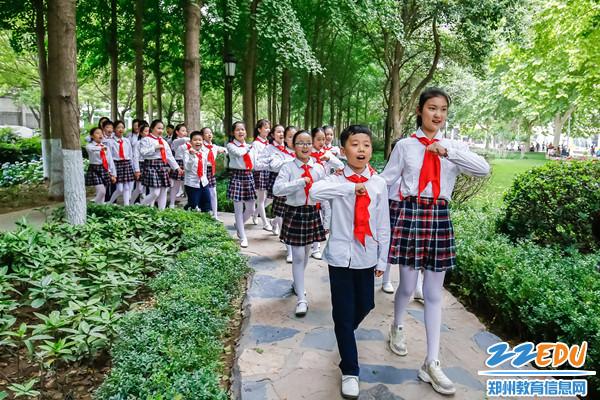 5金水区纬五路第一小学学生合唱团演唱《在灿烂阳光下》