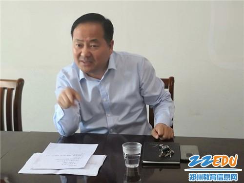 中牟县教体局副局长吴玉杰汇报平安建设工作