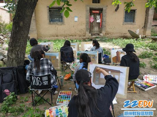 同学们在民居处写生