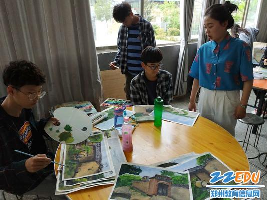 美术老师在指导同学们修改作品