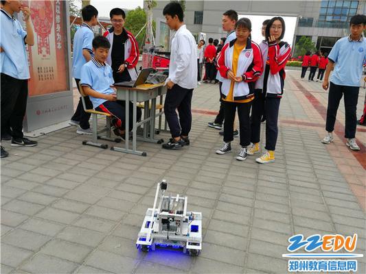 机器人社成员操控机器人