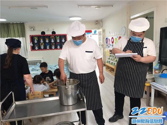 食堂大厨来查看孩子们用餐情况