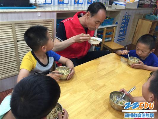 家长与孩子们一起用餐