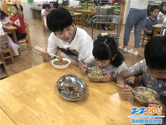 家长与幼儿一起用餐