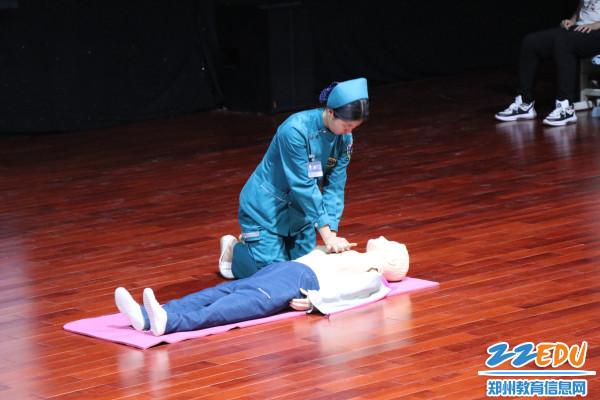 3.医护人员现场进行心肺复苏教学