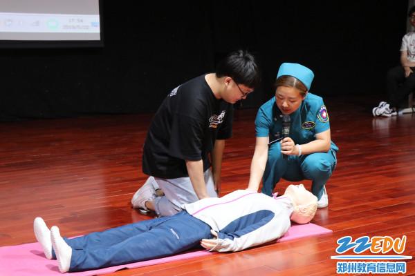 4.学生上台学习心肺复苏急救技术