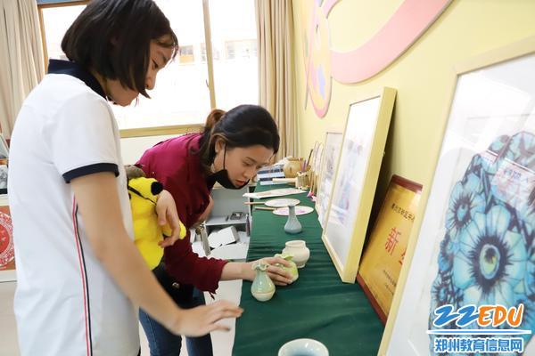 引领外国学生参观美术学科教室
